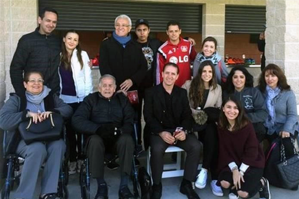 Recibe 'Chicharito' visita especial (1)