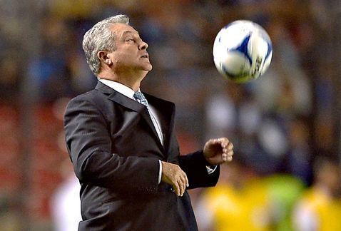 DT VÍCTOR MANUEL VUCETICH dominando balón