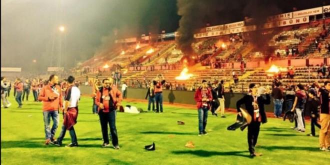 AFICIONADOS turcos queman estadio