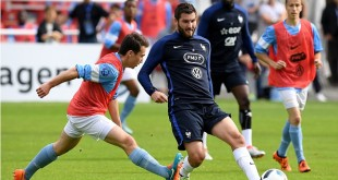 France's forward Andre Pierre Gignac (C) passes the ball during the friendly football match against Bayonne at the Aguilera stadium in Biarritz, on May 21, 2016, as part of the team's preparation for the upcoming Euro 2016 European football championships. / AFP / FRANCK FIFE        (Photo credit should read FRANCK FIFE/AFP/Getty Images)