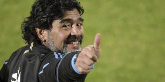 MUN129 PRETORIA (SUDÁFRICA) 07/06/2010. El entrenador de la selecciòn argentina de fùtbol, Diego Armando Maradona, durante el entrenamiento que el combinado argentino realizò hoy en el Centro de Alto Rendimiento de la Universidad de Pretoria con vistas al partido que disputaràn contra Nigeria el próximo dia 14 de Junio dentro del Grupo B del Mundial de Sudàfrica.EFE/Cézaro De Luca