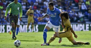 Pumas's forward Matias Britos (R) vies for the ball with Cruz Azul's defender Julio Cesar Dominguez (L)  during their Mexican Apertura tournament football match at the Azul stadium on July 23, 2016 in Mexico City. / AFP / YURI CORTEZ        (Photo credit should read YURI CORTEZ/AFP/Getty Images)