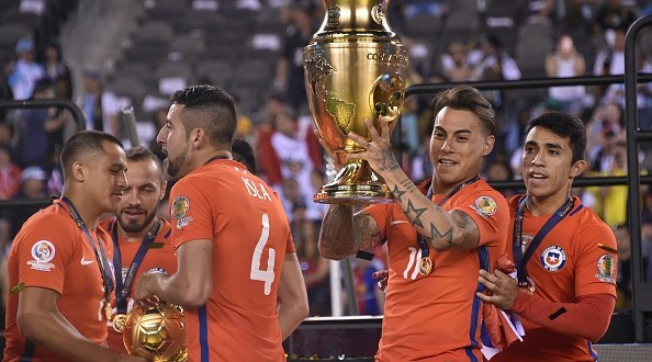Chile's Eduardo Vargas holds the trophy after winning the Copa America Centenario final by defeating Argentina in the penalty shoot-out in East Rutherford, New Jersey, United States, on June 26, 2016.  / AFP / Nelson ALMEIDA        (Photo credit should read NELSON ALMEIDA/AFP/Getty Images)