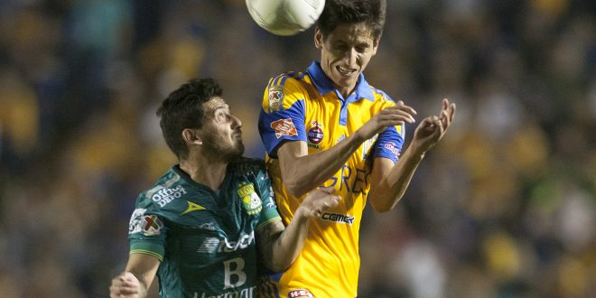 Jürgen Damm (R) of Tigres vies for the ball with Juan Cuevas (L) of León  during the Mexican Clausura 2016 tournament football match at the Universitario stadium in Monterrey, Mexico. On January 30, 2016. AFP PHOTO/Julio Cesar Aguilar  / AFP / JA        (Photo credit should read JA/AFP/Getty Images)