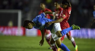 Cruz Azul's forward Erick Torres (L) vies for the ball with Toluca's defender Gerardo Flores (R) during their Mexican Apertura tournament football match at the Azul stadium on September 20, 2016 in Mexico City. / AFP / YURI CORTEZ        (Photo credit should read YURI CORTEZ/AFP/Getty Images)