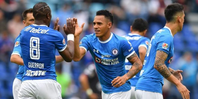 Cruz Azul's midfielder Aldo Leao (C) celebrates with teammates after scoring a goal against Puebla during their Mexican Apertura tournament football match at the Azul stadium on October 22, 2016 in Mexico City. / AFP / YURI CORTEZ        (Photo credit should read YURI CORTEZ/AFP/Getty Images)
