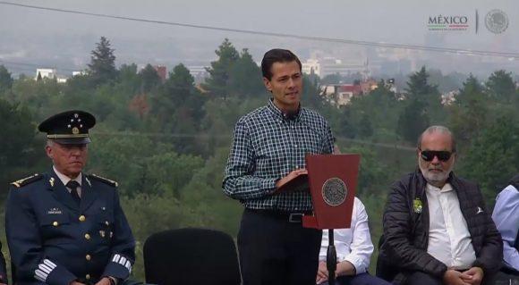 Carlos Slim (derecha) portando una chamarra de los Panzas Verdes.
